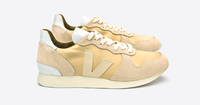 veja-sneaker-holiday-canvas-silk-gold-sable-lateral